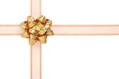 Envoltório de presente com fita do ouro e curva Sparkly Fotografia de Stock