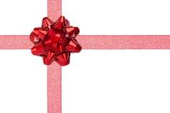 Envoltório de presente com a fita Sparkly vermelha e a BO brilhante vermelha Imagem de Stock