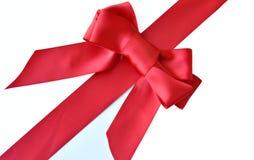 Envoltório de presente vermelho da curva e da fita fotografia de stock royalty free