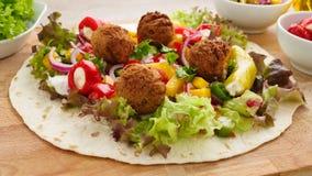 Envoltório do Falafel com vegetarianos fotografia de stock royalty free