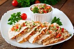 Envoltório mexicano do Quesadilla com galinha, milho e pimenta doce Foto de Stock
