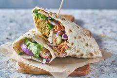 Envoltório saboroso do falafel no pão sem glúten foto de stock royalty free