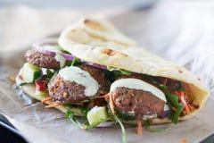 Envoltório saboroso do falafel do vegetariano fotografia de stock