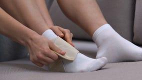 Envoltório vestindo do tornozelo da dois-correia da mulher, traumatismo dos esportes após a corrida, recuperação video estoque