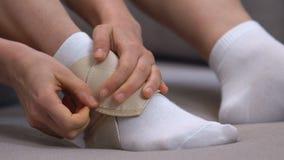 Envoltório vestindo fêmea do tornozelo da dois-correia, prevenção do traumatismo dos esportes, corredor, close-up vídeos de arquivo