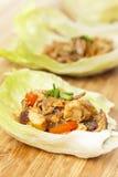 Envoltórios asiáticos caseiros da alface da galinha fotografia de stock