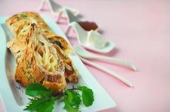 Envoltórios com galinha, abacate, coentro e queijo Burrito da galinha em uma placa longa branca com rúcula e molho imagem de stock