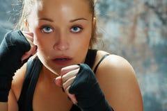 Envoltórios desgastando da mão da mulher do lutador imagens de stock