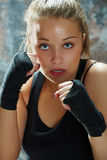 Envoltórios desgastando da mão da mulher do lutador imagens de stock royalty free