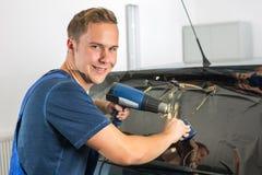 Envoltórios do carro que matizam uma janela do veículo com uma folha ou um filme matizado Imagens de Stock Royalty Free
