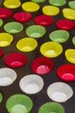 Envoltórios vibrantes do queque (copos do revestimento protetor) na tentativa Foto de Stock Royalty Free