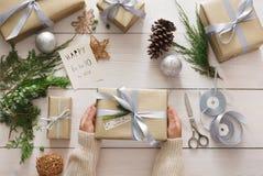 Envoltorio para regalos Regalo de Navidad moderno de empaquetado en cajas Fotos de archivo libres de regalías
