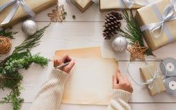 Envoltorio para regalos Regalo de Navidad moderno de empaquetado en cajas Imágenes de archivo libres de regalías