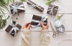 Envoltorio para regalos Regalo de Navidad moderno de empaquetado en cajas Fotografía de archivo