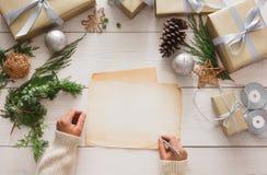 Envoltorio para regalos Regalo de Navidad moderno de empaquetado en cajas Imagenes de archivo
