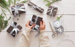 Envoltorio para regalos Regalo de Navidad moderno de empaquetado en cajas Foto de archivo libre de regalías
