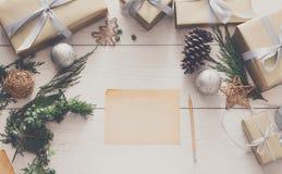 Envoltorio para regalos Regalo de Navidad moderno de empaquetado en cajas Fotos de archivo