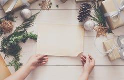 Envoltorio para regalos Regalo de Navidad moderno de empaquetado en cajas Imagen de archivo