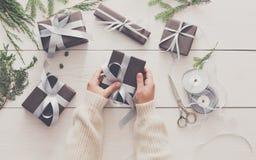 Envoltorio para regalos Regalo de Navidad moderno de empaquetado en cajas Foto de archivo