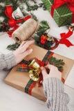 Envoltorio para regalos Regalo de Navidad moderno de empaquetado en cajas Fotografía de archivo libre de regalías