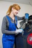 Envoltura del coche que teñe la ventanilla del coche en garaje con una hoja o una película teñida Imagen de archivo libre de regalías