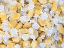 Envolturas amarillas del blanco de los candys Imagenes de archivo