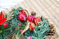 Envolva cones de abeto, conceito das músicas do Natal da partitura da preparação para os feriados, fundo de madeira gasto da tabe Fotografia de Stock