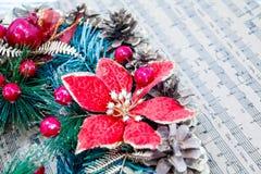 Envolva cones de abeto, conceito das músicas do Natal da partitura da preparação para os feriados, fundo de madeira gasto da tabe Imagens de Stock