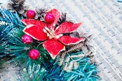 Envolva cones de abeto, conceito das músicas do Natal da partitura da preparação para os feriados, fundo de madeira gasto da tabe Fotos de Stock