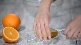 Envolva a massa no filme claro Fazendo a s?rie das cookies do shortcrust video estoque