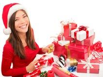 Envolvendo o presente do Natal Imagens de Stock Royalty Free
