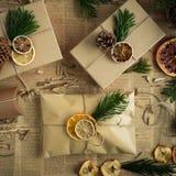 Envolvendo presentes de Natal modernos Conceito do Natal Fotos de Stock Royalty Free