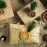 Envolvendo presentes de Natal modernos Conceito do Natal Fotografia de Stock Royalty Free