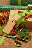 Envolvendo presentes para os feriados Imagens de Stock