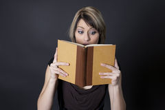 Envolvido com a história no livro está lendo fotografia de stock royalty free