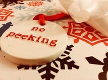 Envolviendo los regalos de Navidad - el ningún mirar a escondidas Fotografía de archivo