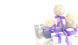 Envolvimento de presente de época natalícia foto de stock