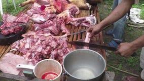 Envoyez à la boucherie couper la viande du ` s de porcs dans le village rural agricole clips vidéos