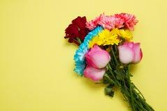 Envoyez ? des fleurs le concept en ligne La livraison de fleur pour la valentine et la f?te des m?res Bouquet des roses roses rou photo stock