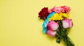 Envoyez ? des fleurs le concept en ligne La livraison de fleur pour la valentine et la f?te des m?res Bouquet des roses roses rou image libre de droits