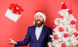 Envoyez ou recevez le cadeau de Noël Le costume formel de hippie barbu d'homme heureux célèbrent Noël E photographie stock libre de droits