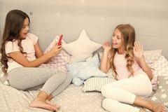 Envoyez ? photo le r?seau social utilisant le smartphone Smartphone pour le divertissement Enfants prenant la vid?o de tir de pho image libre de droits