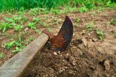 Enxada no jardim Fotografia de Stock