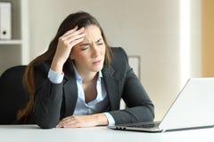 Enxaqueca de sofrimento da mulher de negócios no escritório Fotografia de Stock Royalty Free