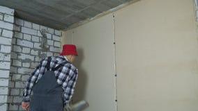 Enyesado de proceso en el sitio de la renovación de la casa con el espacio libre almacen de video