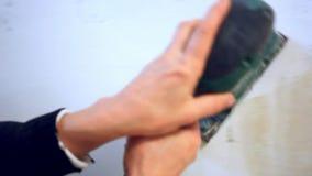 Enyesando la mano femenina que enarena el yeso adentro almacen de video