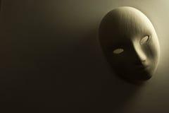 Enyese la máscara en estudio Fotos de archivo