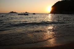 夏天海滩日落 免版税库存照片