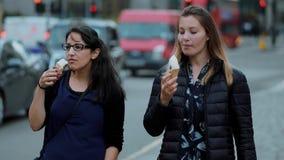 Enyoing glass i sommar - en gå i staden av London arkivfilmer