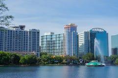 湖Eola,高层建筑物、地平线和喷泉街市奥兰多,佛罗里达,美国, 2017年4月27日 库存图片